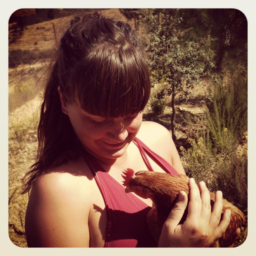 Alisa mit Huhn