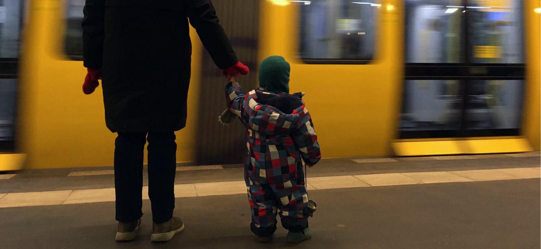 Mama mit Kind vor U-Bahn
